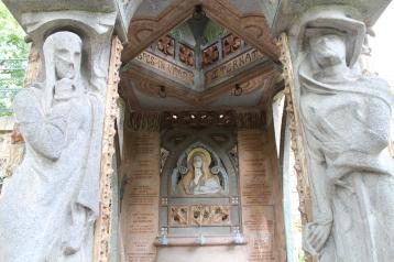 Guet tomb detail, Art Nouveau caryatids