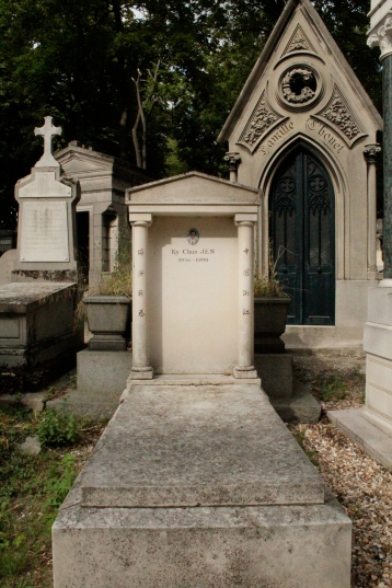 Random gravesites. Pere Lachaise is a secular cemetery.