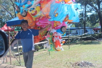 Enterprising balloon vendor keeps kids happy, Undas, Philippines