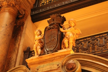 Cherubs hold the seal of Paris