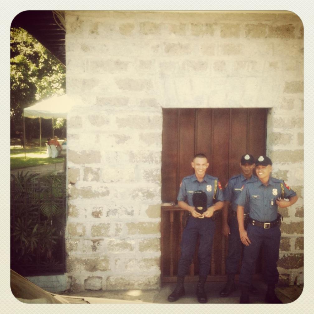 Flirty pulis (police), Rizal Shrine, Philippines. Instagram @slp28